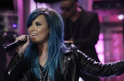 Demi Lovato debuts blue hair on 'Tonight Show'; performs 'Neon Lights'