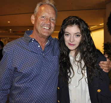 Lorde meets MLB icon George Brett, inspiration for 'Royals'