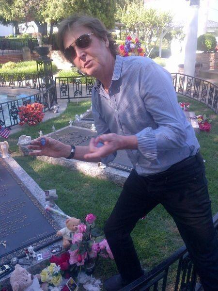 Paul McCartney pays tribute to Elvis in Memphis