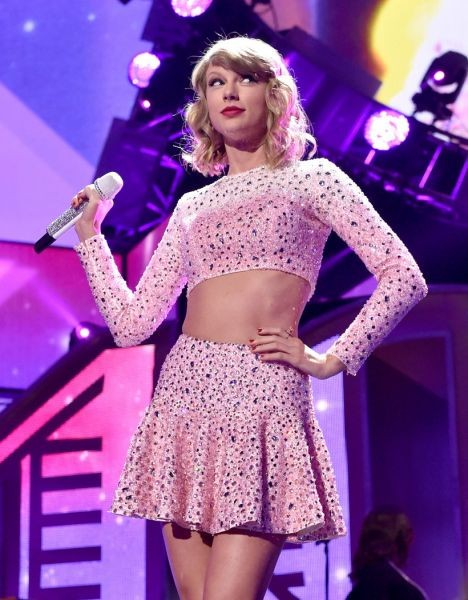 taylor swift performs 39 shake it off 39 live on 39 the x factor. Black Bedroom Furniture Sets. Home Design Ideas