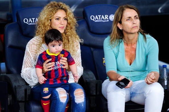 Shakira turns heads with skimpy dress and boots