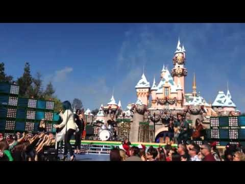 demi lovato sings let it go on disney parks christmas day parade 2013