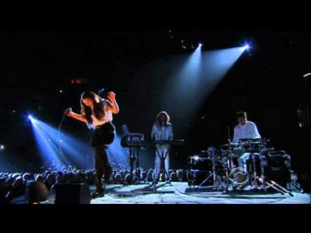 Lorde gives a 'Royals' performance at 2014 Grammys