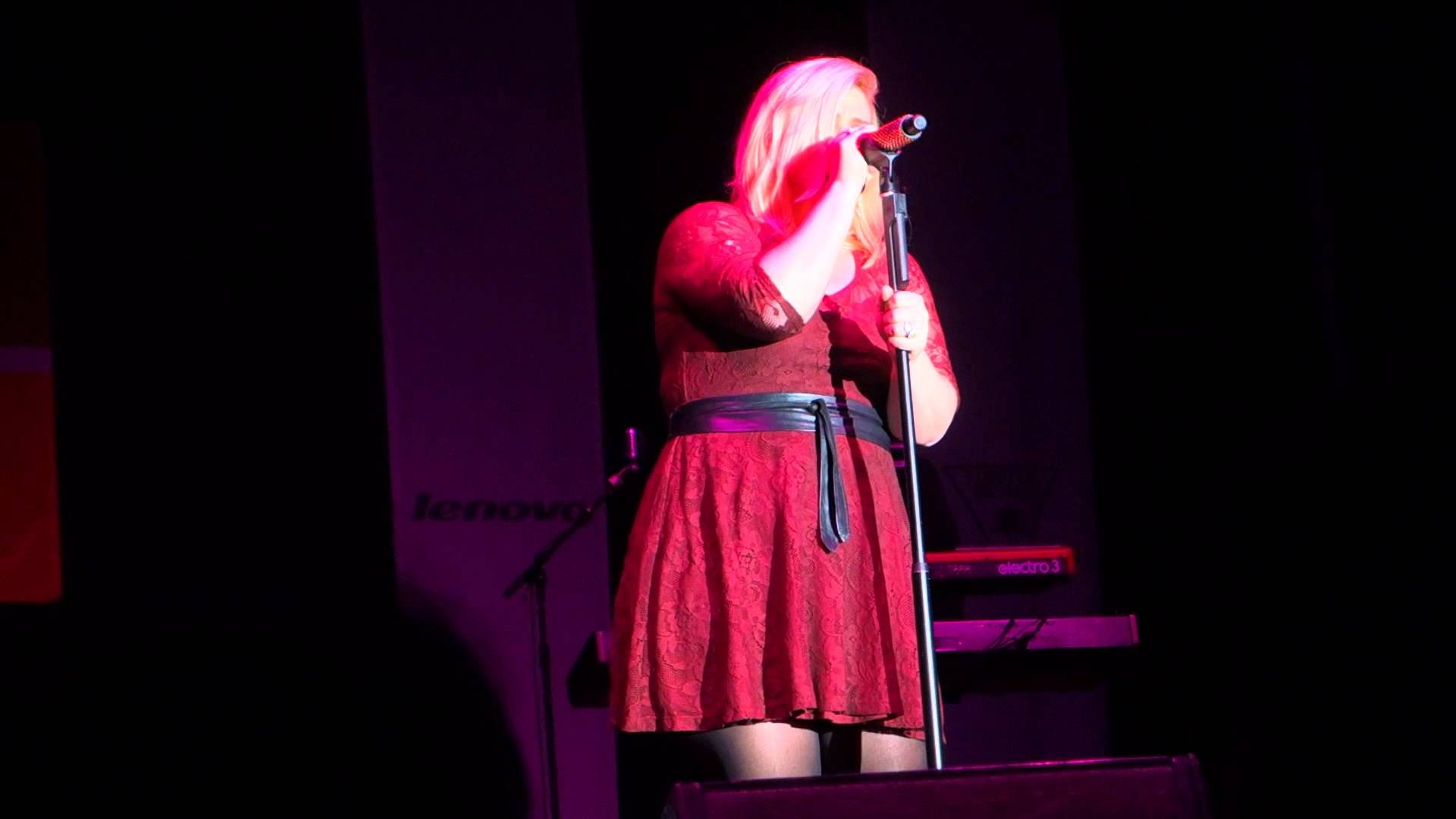 Kelly Clarkson offers smooth cover of Little Big Town's 'Girl Crush': Watch
