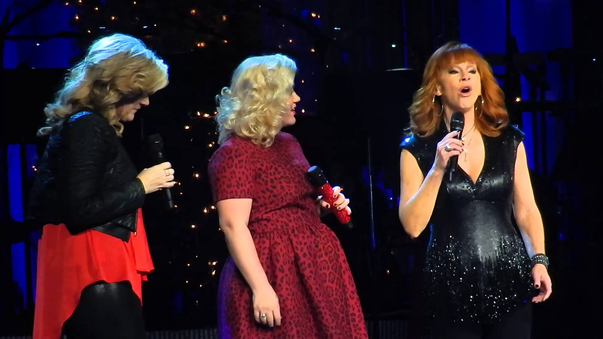 Kelly Clarkson\'s Miracle on Broadway raises $400,000 for charity - AXS
