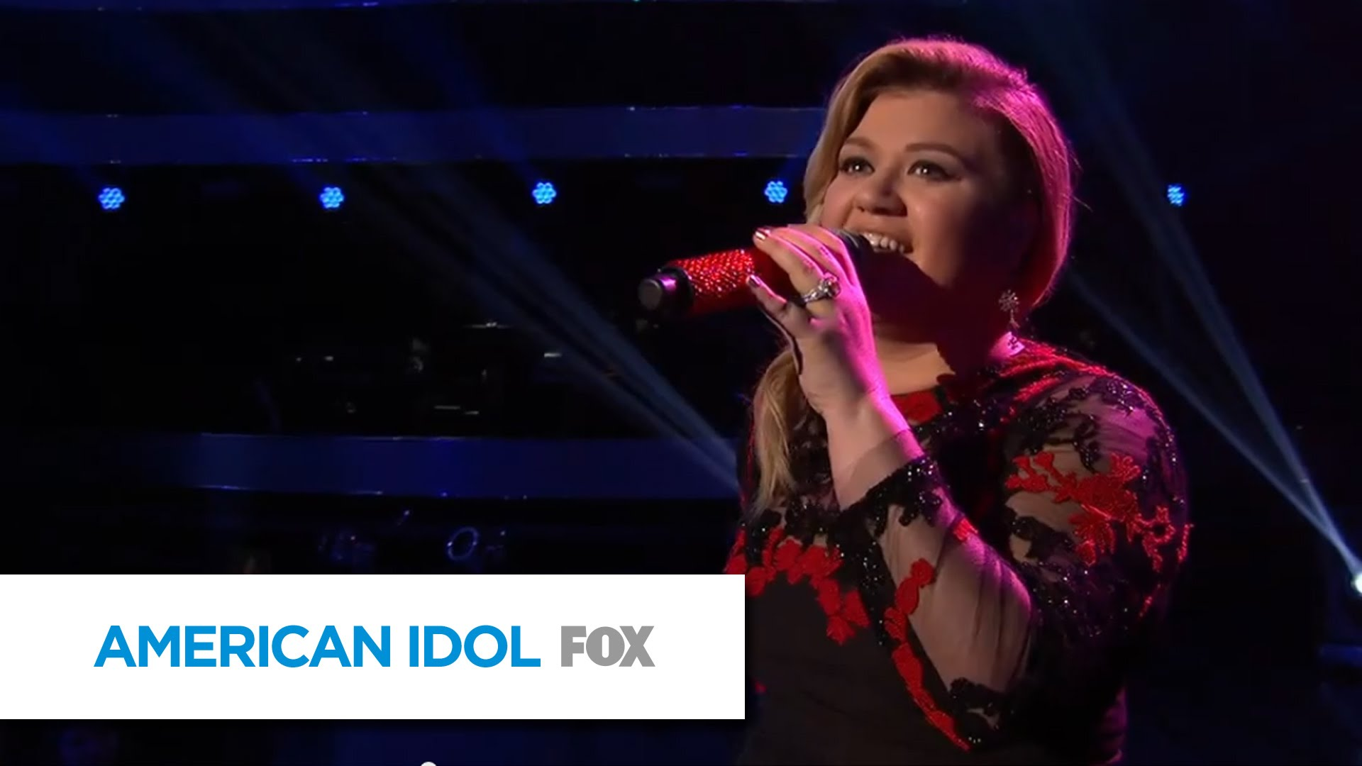 Kelly Clarkson gives stunning performance of 'At Last' on 'American Idol'