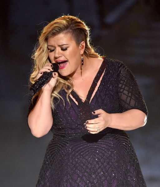 Kelly Clarkson performs live at the 2015 Billboard Music Awards