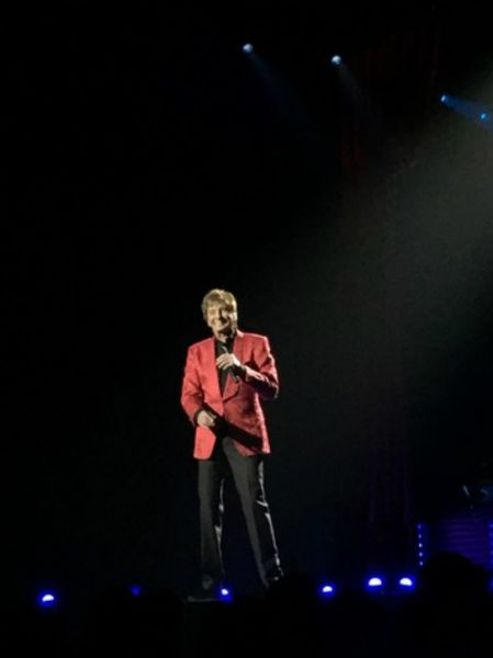 Newly married Barry Manilow proving he's still got it while performing at the MGM Grand Arena