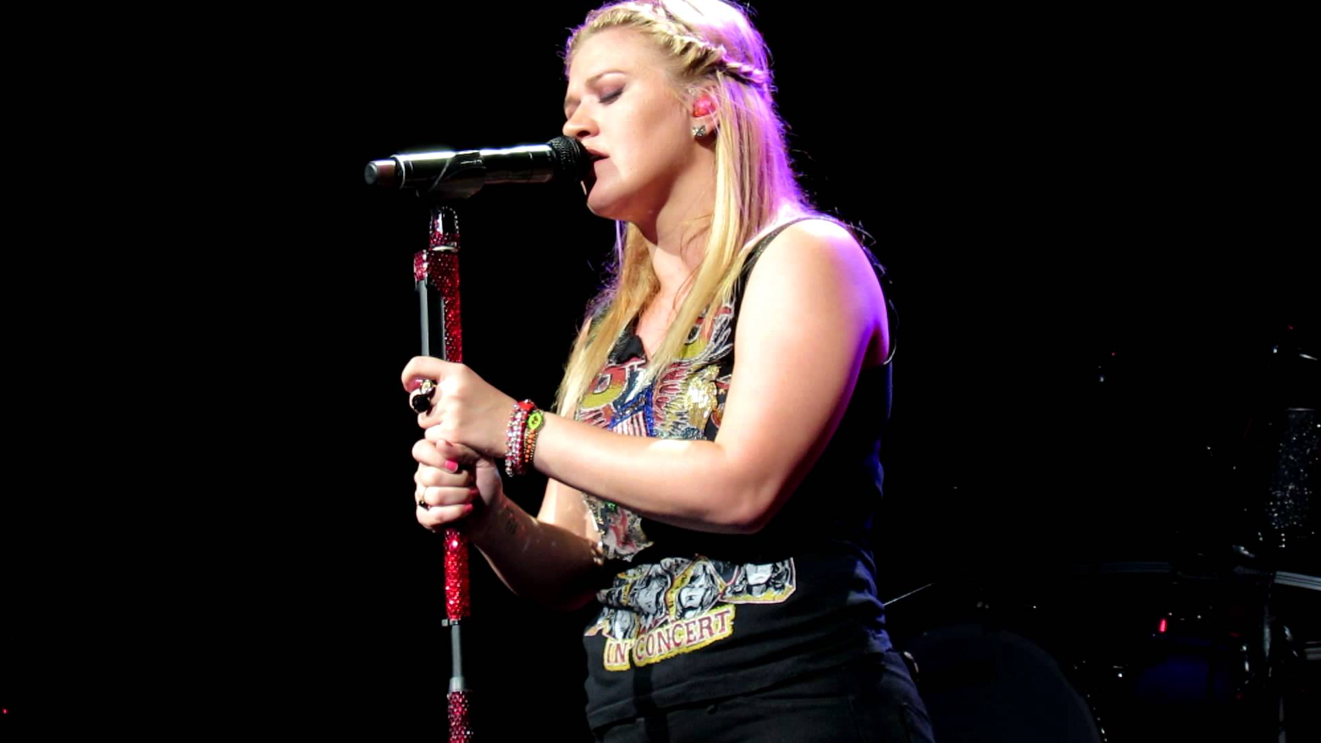 Kelly Clarkson holds 'Open Mic Night' contest for upcoming tour