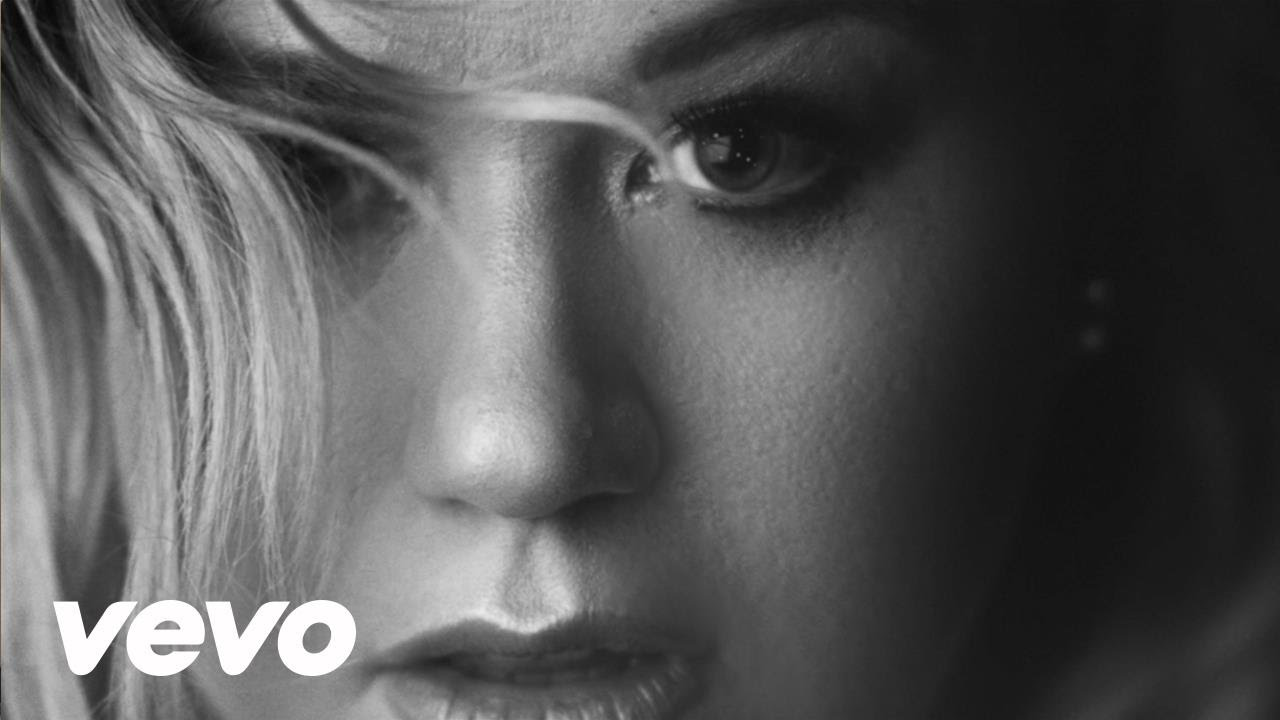 Kelly Clarkson couldn't care less about slams by computer cowards