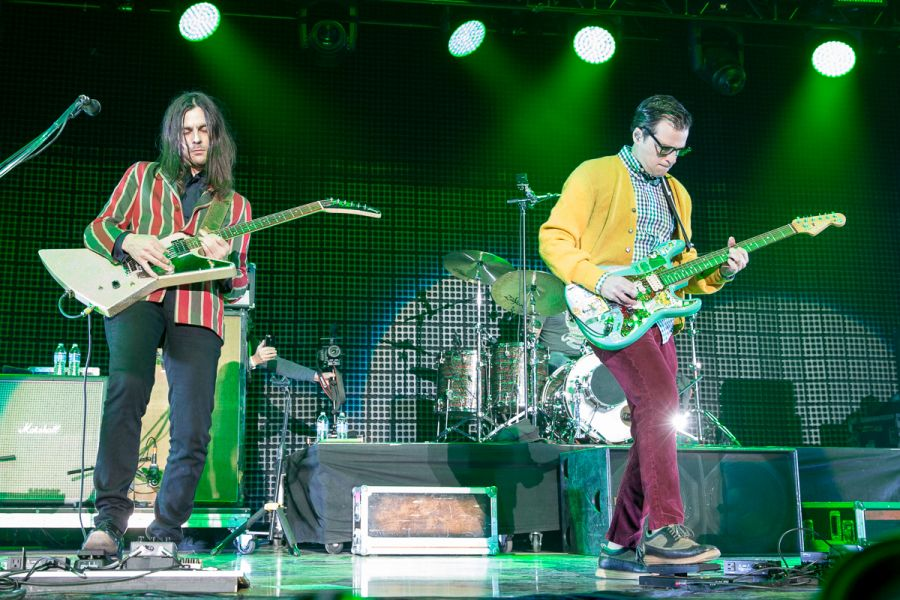Kroq Almost Acoustic Christmas.In Photos Weezer Turns Back Clock At Kroq Almost Acoustic