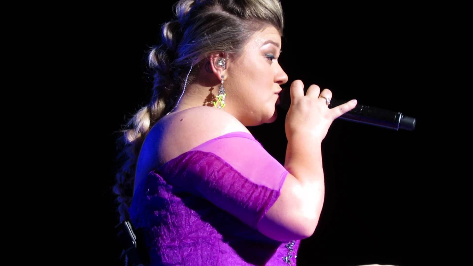 Kelly Clarkson releases new 'Tightrope (Tour Version)' ahead of remix album
