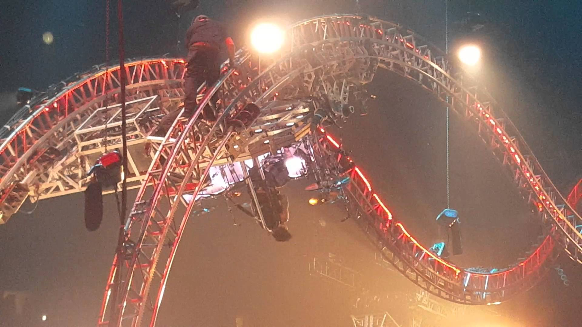 Tommy Lee gets stuck on rollercoaster during final Motley Crue show (Video)