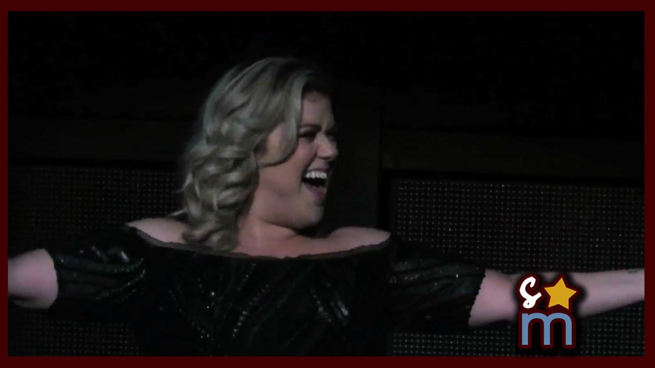 Kelly Clarkson announces second pregnancy at concert