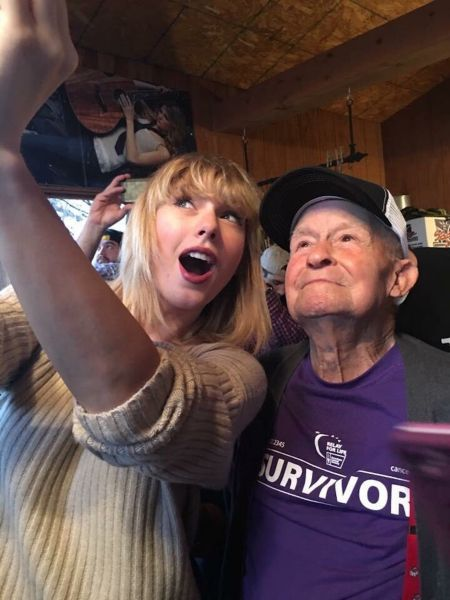 Taylor Swift crashed a Missouri family's Christmas celebration to surprise superfan Cyrus Porter.