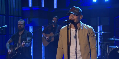 """Kane Brown performs on """"Late Night with Seth Meyers."""""""