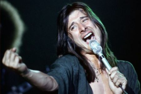 Former Journey singer Steve Perry will reportedly join his old bandmates in performing at the Rock and Roll Hall of Fame induction ceremony