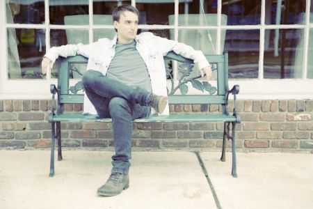 Exclusive premiere: Rob Jennings shares happy single, 'The Crowd Is Here'