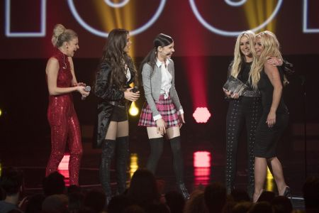 Jamie Lynn Spears joins recording artists Hailee Steinfeld, Kelsea Ballerini and Sofia Carson onstage during a tribute performance to her si