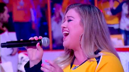 Kelly Clarkson sings Star-Spangled Banner at NHL Stanley Cup Playoffs