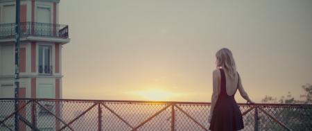 Premiere: Sarah Darling falls for 'Montmartre' (Watch)