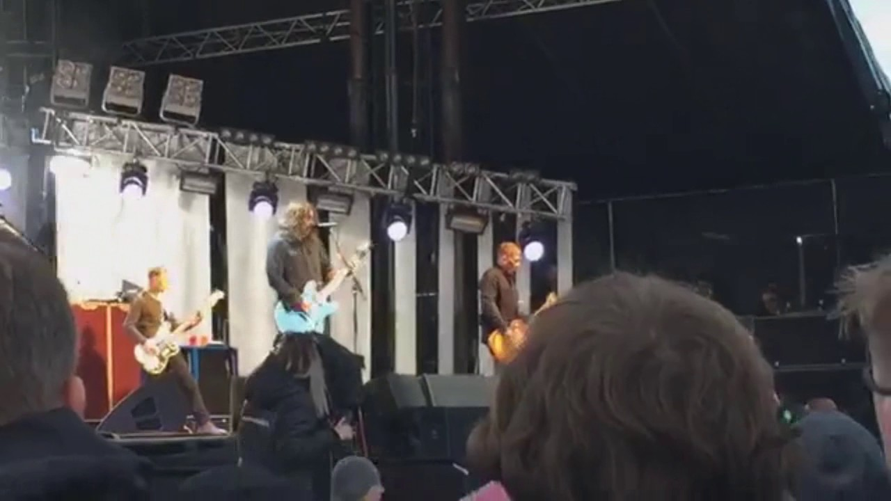 "WATCH: Foo Fighters premiere new single at ""Lah Di Dah"" in Iceland"