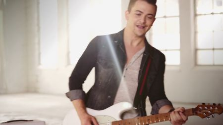 Hunter Hayes puts love on display in 'Rescue' music video