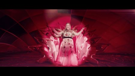 Kelly Clarkson premieres knockout music video for 'Love So Soft'