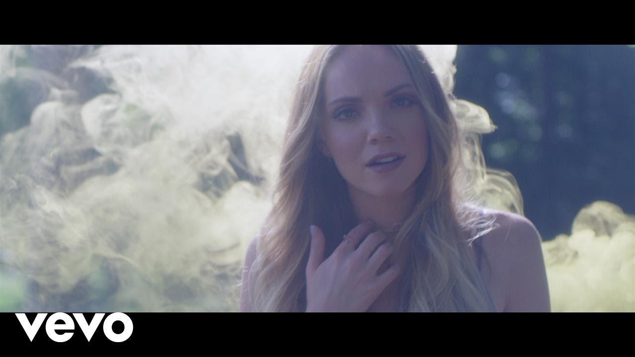 Danielle Bradbery revisits summer heartache in 'Hello Summer' music video