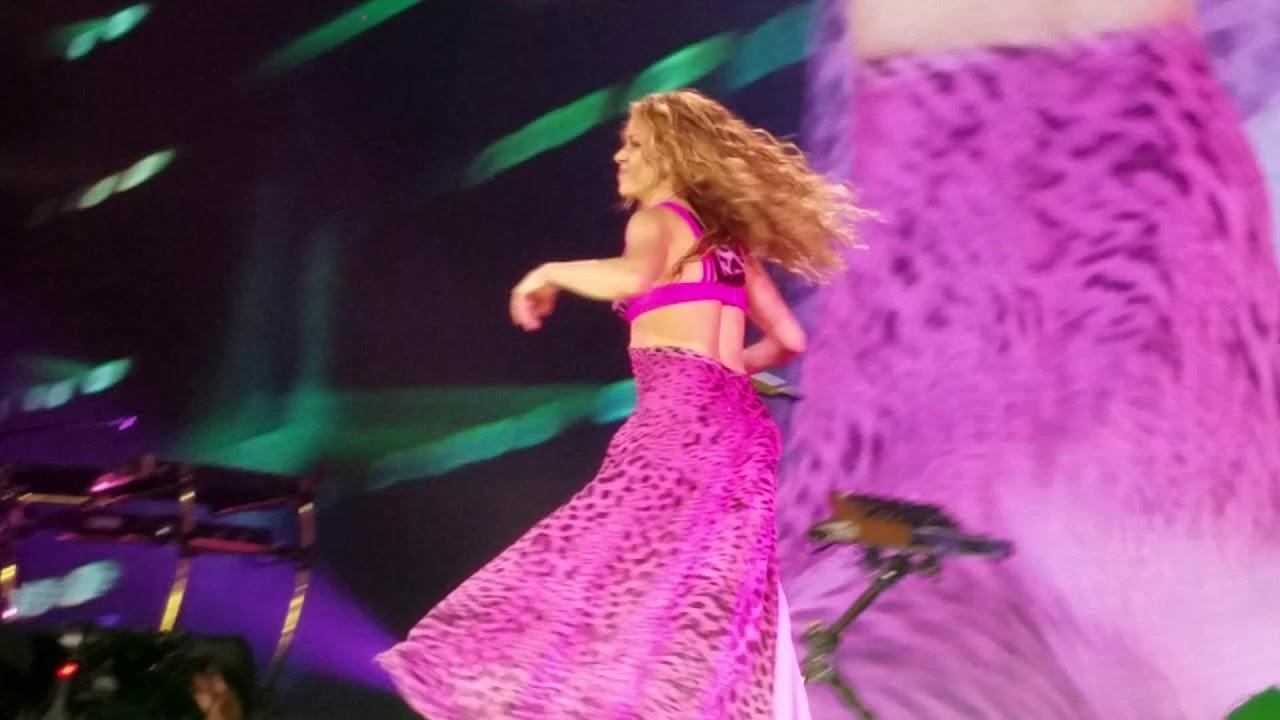 19dd875f7d Shakira's hips steal show at El Dorado World Tour stop in Anaheim - AXS