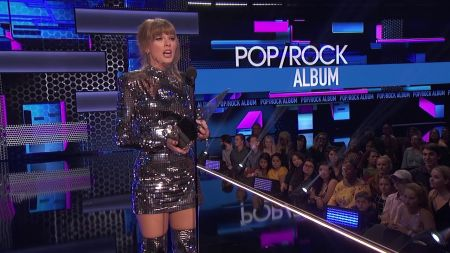 Taylor Swift wins Artist of the Year at 2018 AMAs, makes history