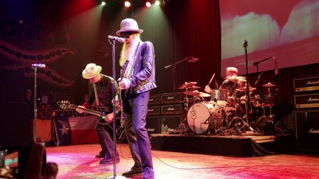 Watch: Billy Gibbons performs 'Rollin' and Tumblin' at US tour stop in Chicago