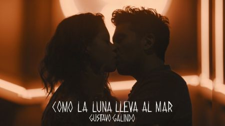 Gustavo Galindo & Alyssa Diaz star in 'Como La Luna Lleva al Mar' music video