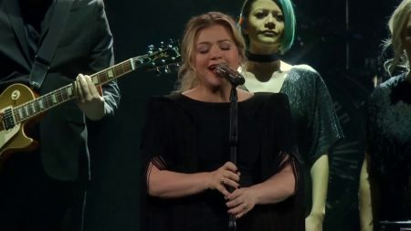 Watch: Kelly Clarkson crushes cover of 'Shallow' from 'A Star Is Born' at live show